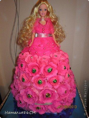 Здравствуйте мастера и мастерицы свит-дизайна. После увиденных работ с куклами решила показать своих барби, не судите сторого до вас мне учиться и учиться. Розовая с переходом. конфенты фундук в шеколаде фото 1