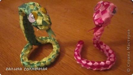 Здравствуйте. Я все ждала, кто выложит мастер класс-змейку из лент. И хоть уже заканчивается год змеи, предлагаю посмотреть поделку змейка из лент. Может и вы захотите её смастерить. фото 6