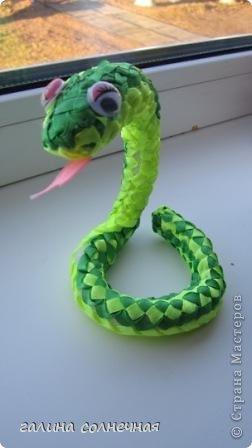 Здравствуйте. Я все ждала, кто выложит мастер класс-змейку из лент. И хоть уже заканчивается год змеи, предлагаю посмотреть поделку змейка из лент. Может и вы захотите её смастерить. фото 2