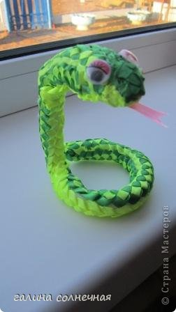 Здравствуйте. Я все ждала, кто выложит мастер класс-змейку из лент. И хоть уже заканчивается год змеи, предлагаю посмотреть поделку змейка из лент. Может и вы захотите её смастерить. фото 3