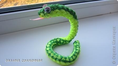 Здравствуйте. Я все ждала, кто выложит мастер класс-змейку из лент. И хоть уже заканчивается год змеи, предлагаю посмотреть поделку змейка из лент. Может и вы захотите её смастерить. фото 1