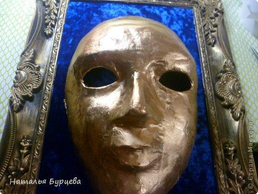 """Здравствуйте, еще раз). Конкурсная работа, занявшая 2 место, чем я несказанно горжусь)))! Не ожидала, если честно! """"ТАИНСТВЕННАЯ ВЕНЕЦИЯ""""   Издревле венецианские маски использовались для сокрытия личности людьми. Появившись несколько веков назад в Венеции, эти характерные маски делались из папье-маше и обильно украшались мехом, тканями, драгоценными камнями и перьями. Со временем маски стали символом Карневале (Венецианского карнавала) — пышной процессии или уличной ярмарки. Истоки венецианского карнавала уходят глубже — в древние римские Сатурналии — ежегодные праздники в честь бога Сатурна, которые справлялись в декабре после уборки урожая во время зимнего солнцестояния и сопровождались массовыми гуляниями. Рабов сажали за общий стол, и чтобы сгладить неловкость необычной ситуации, все надевали маски. Создание маски это зачастую медленный и кропотливый процесс, с использованием дорогих материалов. Здесь все зависит от фантазии художника. Цены на такие шедевры часто поражают воображение не меньше, чем их внешний вид!  Использованные материалы: Конфеты Фереро Роше - 15 шт. Конфеты снимаются, не нарушая целостности композиции. Шифон, бархат, стразы, боа, павлинье перо, парчовая лента, глиттеры, контуры Декола, искусственные вставки, покрытые глиттером; заготовка маски из папье-маше, рама.   фото 12"""