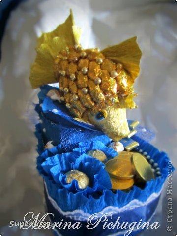 """Это моя летняя работа. Делалась она ко Дню бухгалтера. Человеку, которому на данный момент очень нужна поддержка и позитивный настрой. Я попыталась все это воплотить в своем творении.  Чешуйки у рыбки - конфетки """"Миндаль в шоколаде"""". На дне конфеты и шоколад от """"Рошен"""": """"Киев вечерний"""", монетки, и шоколадки """"Доминикана"""" фото 3"""