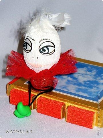 """""""Не наигралась еще:)""""  - сказал мой муж, когда увидел какую работу я собираюсь отправить на конкурс. Вообще-то я уже большая девочка, но все еще люблю разные """"секретики"""", домики и коробочки. Идея сделать магическую коробочку на тему """"Алиса в Стране чудес"""" родилась у меня еще весной . Я эту коробочку  придумала и продумала до мелочей и даже МЫСЛЕННО:) ее сделала. И на этом все...  Поэтому огромное спасибо Ире Рязаночке за игру во-первых и за мультяшную тему во-вторых. Я вообще-то не любитель разных игр и конкурсов. Точнее - не участник. Не люблю соревноваться. Характер, наверное не олимпийский:) Но, как только увидела тему """"Мультфильмы"""", то сразу решила: ИГРАЮ! И если бы не игра, то не сделала бы я эту коробочку НИКОГДА:)   А так - вот она. Магическая коробочка (magic box) по мотивам м/ф «Алиса в Зазеркалье» и «Алиса в Стране чудес».  Алиса: «Если бы у меня был свой собственный мир, в нем все было бы чепухой. Ничего не было бы тем, что есть на самом деле, потому что все было бы тем, чем оно не является, и наоборот, оно не было бы тем, чем есть, а чем бы оно не было, оно было». И все это было бы сказочно-сладко и шоколадно-прекрасно!  Алиса: «…Вообще, наверно, это от перцу люди делаются вспыльчивые, … а от уксуса делаются кислые… а от хрена — сердитые… а от… а от… а вот от конфет-то становятся ну прямо прелесть! Потому их все так и любят!»  В работе использованы:  Конфеты «Sharlet» (вишня) – 5шт.  Шоколад «ROSHEN» молочный и темный (стики) – 12 шт.  Порционный шоколад «Ассорти», «DEEP» и «Kat's» - 37 шт.  Шоколадное яйцо «Kinder surprise» - 1 шт.  Пакетированный чай «Greenfield» - 2 шт.  Материалы: картон, цветная и гофрированная бумага, бусины, перья, искусственная зелень, самозастывающая глина, проволока, сетка, шахматные фигуры, детали часового механизма, акриловые краски, цветные глиттеры.  Размеры коробочки:  Сторона 13х18см.  Основание 13х13 см. фото 11"""