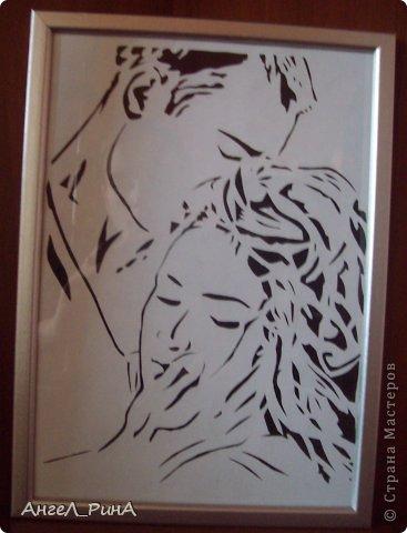Доброго времени суток жители любимой СТРАНЫ!  Сегодня любимый мною Шарль Бодлер нашел свое воплощение...   Позволь мне долго-долго вдыхать аромат твоих волос, жадно окунать в них все свое лицо, как измученный жаждой путник окунает лицо в воду ручья; перебирать их пальцами, как тончайший благоуханный платок, чтобы дать свободу воспоминаниям. Знала бы ты, что я вижу, что я чувствую, что слышу в твоих волосах! Их дивный запах увлекает мою душу в мечты, как других людей — музыка. Твои волосы навевают сон, полный снастей и парусов; они вмещают в себя безбрежные морские просторы и теплые муссоны, манящие меня в чарующие края, где синева бездонна, где воздух пропитан знойным ароматом южных плодов, листвы и человеческой кожи. В океане твоих волос проступает наполненная печальными напевами гавань: она заселена крепкими парнями из разных стран и удивительными кораблями, причудливые и летучие контуры которых проступают на фоне беспредельного вечного жаркого летнего неба. Касаясь твоих волос, я остро вспоминаю сладкое томление долгих часов на диване в каюте прекраснейшего корабля, разнеженное убаюкивание на чуть заметных волнах, среди цветов, ваз и сосудов с прохладной водой.  Жгучий зной твоих волос обдает меня дурманящим запахом табака, опиума и восточных сладостей; мрак твоих волос открывает мне блистающее сияние безбрежной тропической лазури; на пленительных берегах твоих волос я растворяюсь в терпком облаке из ароматом смолы, мускуса и кокосового масла. ...Позволь мне долго-долго целовать твои волосы. Когда я пробую их на вкус - мне кажется, будто я поглощаю воспоминания. «Le present», 24 августа 1857 год