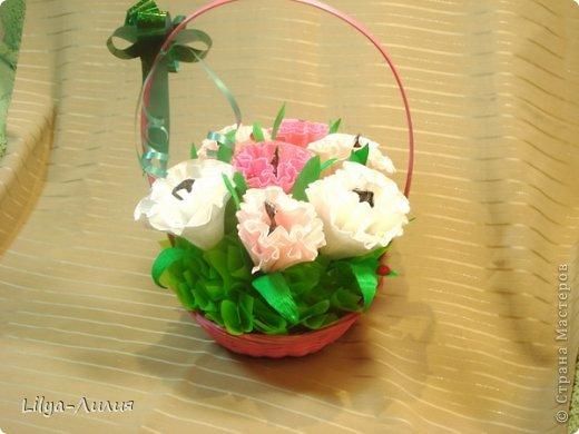 Первый букетик из конфет.  Простенькие цветочки, но по моему миленький.  фото 1