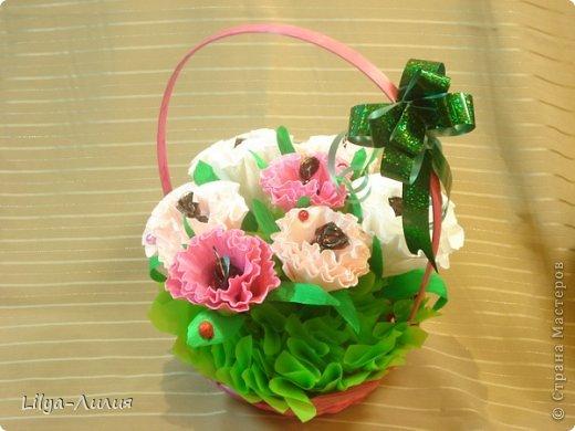 Первый букетик из конфет.  Простенькие цветочки, но по моему миленький.  фото 2