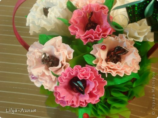 Первый букетик из конфет.  Простенькие цветочки, но по моему миленький.  фото 3