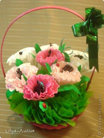 Первый букетик из конфет.  Простенькие цветочки, но по моему миленький.  фото 4