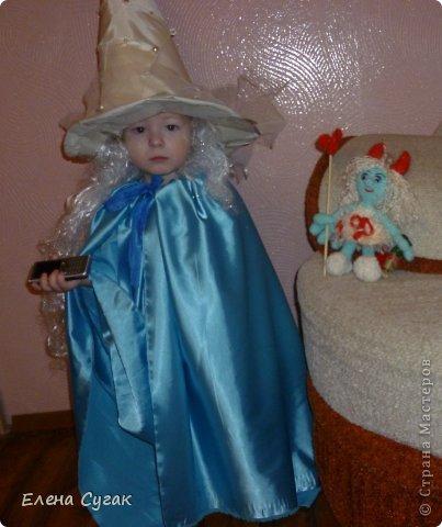 Связала игрушку Смурфетку.  Приближался праздник Хэллоуин ,  тогда добавила Смурфетке красные вязаные рожки. Теперь моя игрушка превратилась в настоящую чертовку.  В руках у неё посох с сердечком.  Кошка Мася тоже приготовилась к празднику -  нарядный колпак и накидка. Не думайте, что кошка в линзах. Глаза у Маси действительно разного цвета. фото 6
