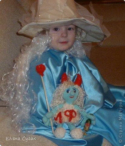 Связала игрушку Смурфетку.  Приближался праздник Хэллоуин ,  тогда добавила Смурфетке красные вязаные рожки. Теперь моя игрушка превратилась в настоящую чертовку.  В руках у неё посох с сердечком.  Кошка Мася тоже приготовилась к празднику -  нарядный колпак и накидка. Не думайте, что кошка в линзах. Глаза у Маси действительно разного цвета. фото 3