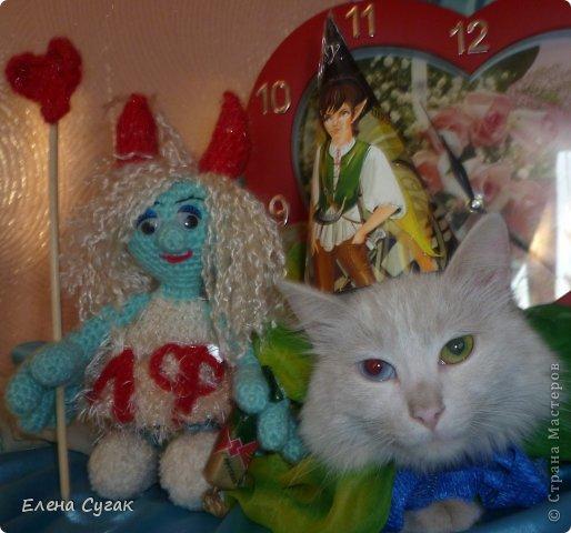 Связала игрушку Смурфетку.  Приближался праздник Хэллоуин ,  тогда добавила Смурфетке красные вязаные рожки. Теперь моя игрушка превратилась в настоящую чертовку.  В руках у неё посох с сердечком.  Кошка Мася тоже приготовилась к празднику -  нарядный колпак и накидка. Не думайте, что кошка в линзах. Глаза у Маси действительно разного цвета. фото 1