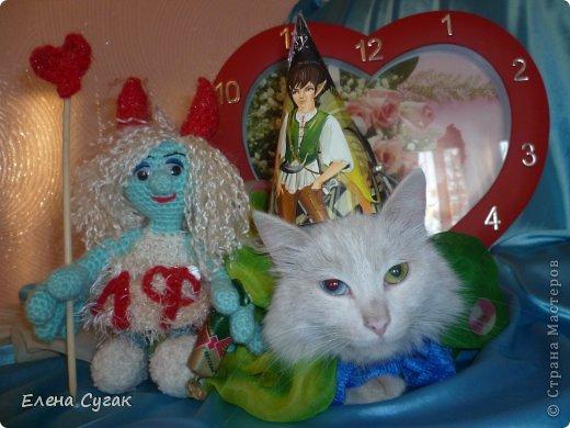 Связала игрушку Смурфетку.  Приближался праздник Хэллоуин ,  тогда добавила Смурфетке красные вязаные рожки. Теперь моя игрушка превратилась в настоящую чертовку.  В руках у неё посох с сердечком.  Кошка Мася тоже приготовилась к празднику -  нарядный колпак и накидка. Не думайте, что кошка в линзах. Глаза у Маси действительно разного цвета. фото 7