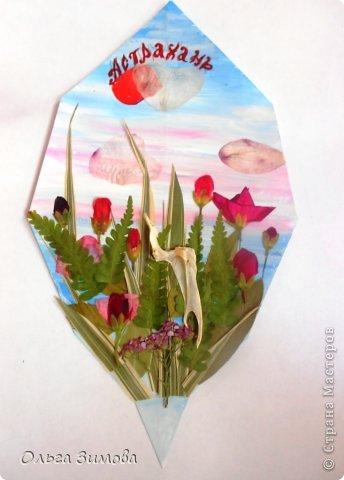 Принимайте и мой листочек. Он с природного материала-сухие цветочки, листья травы и кость рыбы.. Идея сделать кусочек нашей Волги родилась сразу. Случайно в руки попалась интересная косточка, которая мне напомнила цаплю. Так и родился этот незамысловатый сюжет. фото 1