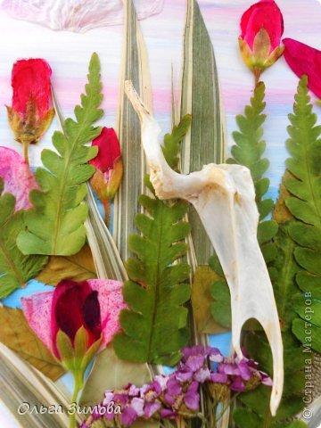 Принимайте и мой листочек. Он с природного материала-сухие цветочки, листья травы и кость рыбы.. Идея сделать кусочек нашей Волги родилась сразу. Случайно в руки попалась интересная косточка, которая мне напомнила цаплю. Так и родился этот незамысловатый сюжет. фото 2