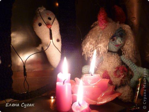 Связала игрушку Смурфетку.  Приближался праздник Хэллоуин ,  тогда добавила Смурфетке красные вязаные рожки. Теперь моя игрушка превратилась в настоящую чертовку.  В руках у неё посох с сердечком.  Кошка Мася тоже приготовилась к празднику -  нарядный колпак и накидка. Не думайте, что кошка в линзах. Глаза у Маси действительно разного цвета. фото 11