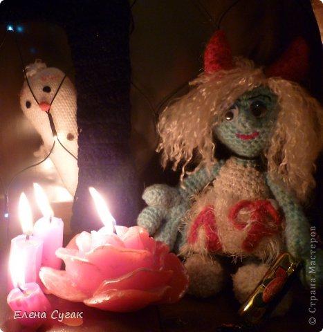 Связала игрушку Смурфетку.  Приближался праздник Хэллоуин ,  тогда добавила Смурфетке красные вязаные рожки. Теперь моя игрушка превратилась в настоящую чертовку.  В руках у неё посох с сердечком.  Кошка Мася тоже приготовилась к празднику -  нарядный колпак и накидка. Не думайте, что кошка в линзах. Глаза у Маси действительно разного цвета. фото 9