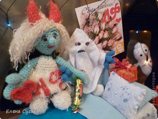 Связала игрушку Смурфетку.  Приближался праздник Хэллоуин ,  тогда добавила Смурфетке красные вязаные рожки. Теперь моя игрушка превратилась в настоящую чертовку.  В руках у неё посох с сердечком.  Кошка Мася тоже приготовилась к празднику -  нарядный колпак и накидка. Не думайте, что кошка в линзах. Глаза у Маси действительно разного цвета. фото 17