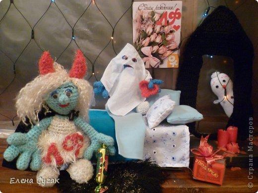 Связала игрушку Смурфетку.  Приближался праздник Хэллоуин ,  тогда добавила Смурфетке красные вязаные рожки. Теперь моя игрушка превратилась в настоящую чертовку.  В руках у неё посох с сердечком.  Кошка Мася тоже приготовилась к празднику -  нарядный колпак и накидка. Не думайте, что кошка в линзах. Глаза у Маси действительно разного цвета. фото 16