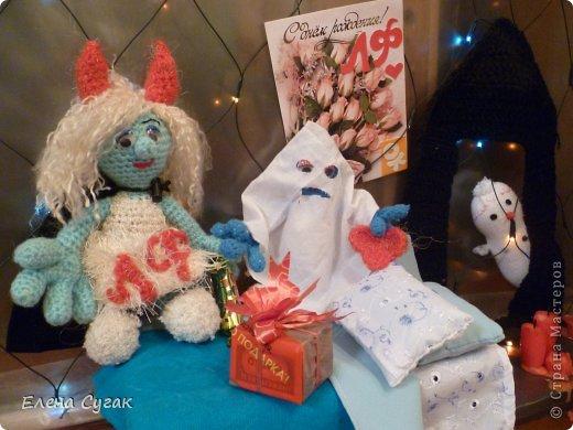 Связала игрушку Смурфетку.  Приближался праздник Хэллоуин ,  тогда добавила Смурфетке красные вязаные рожки. Теперь моя игрушка превратилась в настоящую чертовку.  В руках у неё посох с сердечком.  Кошка Мася тоже приготовилась к празднику -  нарядный колпак и накидка. Не думайте, что кошка в линзах. Глаза у Маси действительно разного цвета. фото 15