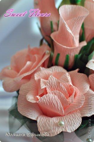 Два года стоял у меня небольшой цветочный горшок розового цвета, покупала для кофейного топиария, да только не понравился он мне в тот раз, отложила его в сторону...  На днях наткнулась на него в своих запасниках, тут же к нему в тон нашлась и флористическая гофра... фото 2