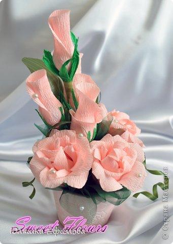 Два года стоял у меня небольшой цветочный горшок розового цвета, покупала для кофейного топиария, да только не понравился он мне в тот раз, отложила его в сторону...  На днях наткнулась на него в своих запасниках, тут же к нему в тон нашлась и флористическая гофра... фото 1