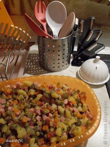 салатик (отварные морковь и картофель), зеленый лук, колбаса вареная и копченая, маринованые огурцы фото 1