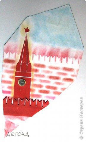 Спа́сская башня (ранее — Фроло́вская башня) — выходящая на Красную площадь одна из 20 башен Московского Кремля. В башне расположены главные ворота Кремля — Спасские, в шатре башни установлены знаменитые часы — куранты. А с КУРАНТАМИ вся Россия встречает наступление нового года!! Интересно,что подавляющее большинство россиян считает,что Новый год наступает с первым или последним ударом колокола. Тогда как на самом деле, новый час, день и год начинаются с началом перезвона курантов, то есть за 20 секунд до первого удара колокола. А с 12 ударом колокола уже прошла ровно минута Нового года.