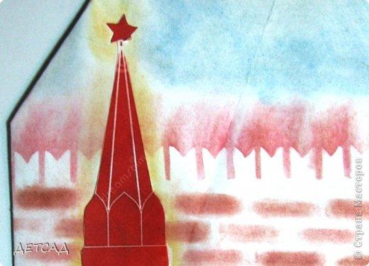 Спа́сская башня (ранее — Фроло́вская башня) — выходящая на Красную площадь одна из 20 башен Московского Кремля. В башне расположены главные ворота Кремля — Спасские, в шатре башни установлены знаменитые часы — куранты. А с КУРАНТАМИ вся Россия встречает наступление нового года!! Интересно,что подавляющее большинство россиян считает,что Новый год наступает с первым или последним ударом колокола. Тогда как на самом деле, новый час, день и год начинаются с началом перезвона курантов, то есть за 20 секунд до первого удара колокола. А с 12 ударом колокола уже прошла ровно минута Нового года. фото 4