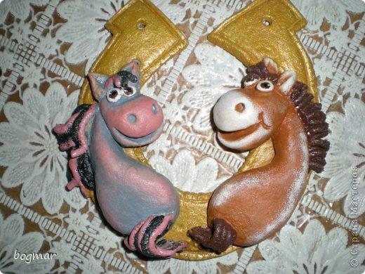 Всем, здравствуйте! Насмотрелась, навосхищалась коняшками наших мастериц. Какие замечательные лошадки у них получаются. А я только рыбок и котов научилась лепить((( Долго собиралась.... и вот теперь в моей конюшне тоже живут коники))) А уж как они получились - судить Вам фото 1