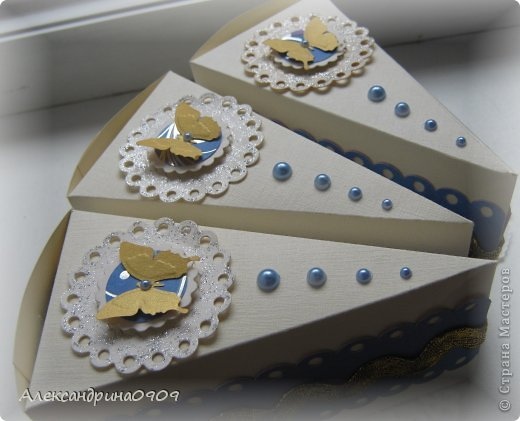Кусочки тортика в качестве упаковки презента. фото 2