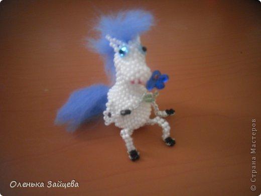 Возможно кто то еще помнит моих дракончиков из бисера, лошадка сплетена по их примеру и подобию, грива и хвост из шерсти для валяния. фото 1