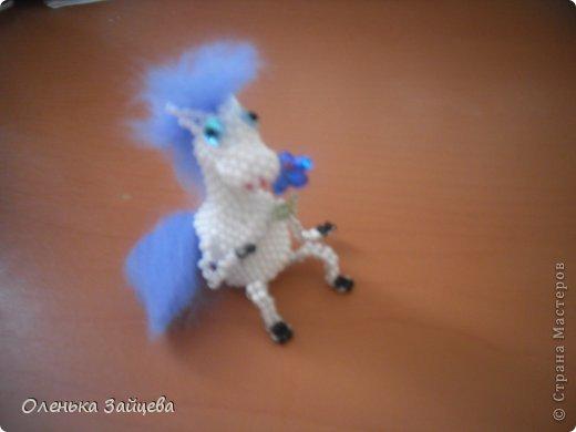 Возможно кто то еще помнит моих дракончиков из бисера, лошадка сплетена по их примеру и подобию, грива и хвост из шерсти для валяния. фото 2