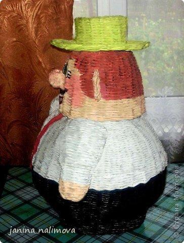 На днях я сплела для внучки короб  для игрушек в виде коровы. Когда короб был готов, я решила попробовать одеть корову в шляпу. Шляпа ей категорически не шла и в тот же момент у меня родился образ будущей корзины - мужичок в шляпе. И как только я завершила работу с коровой я ту же приступила к созданию Феди... Вот он во всей красе. Буду хранить в нём  свои материалы по рукоделию! фото 15