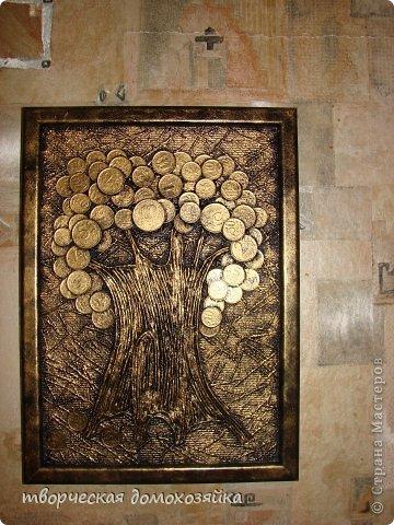 Вот и у меня появилось денежное дерево. Ствол жгутики из салфетки, монеты, рамка для фотографий, фон - обои под покраску. Все наклеила, покрасила из баллончика черной краской, прочпокала все золотом, после высыхания повесила на стену. Может деньги приумножатся. Все.