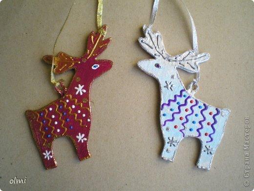 Еще немного картонных игрушек. Сфотографировала при случае, вот и выкладываю. Дед Мороз со Снегурочкой и олени получились в норвежском стиле :-) фото 7