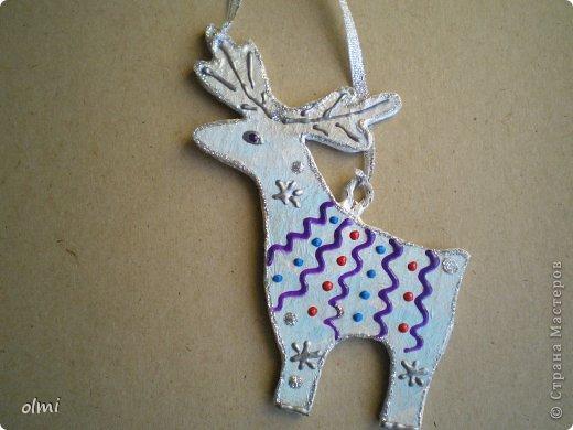 Еще немного картонных игрушек. Сфотографировала при случае, вот и выкладываю. Дед Мороз со Снегурочкой и олени получились в норвежском стиле :-) фото 8
