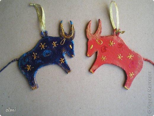 Еще немного картонных игрушек. Сфотографировала при случае, вот и выкладываю. Дед Мороз со Снегурочкой и олени получились в норвежском стиле :-) фото 10