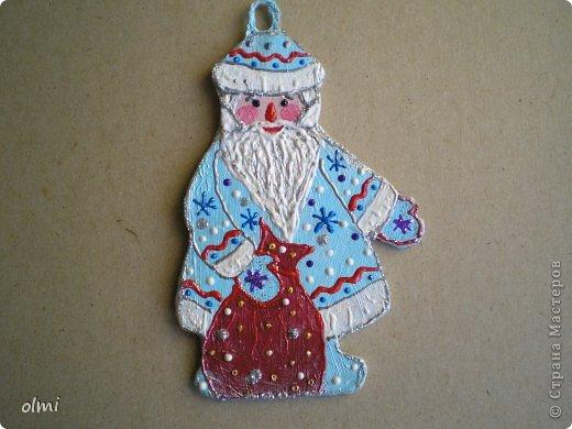 Еще немного картонных игрушек. Сфотографировала при случае, вот и выкладываю. Дед Мороз со Снегурочкой и олени получились в норвежском стиле :-) фото 3