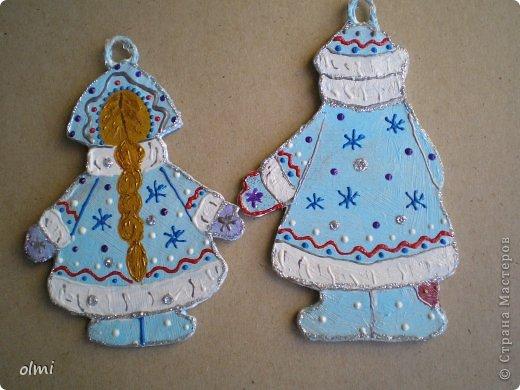 Еще немного картонных игрушек. Сфотографировала при случае, вот и выкладываю. Дед Мороз со Снегурочкой и олени получились в норвежском стиле :-) фото 5