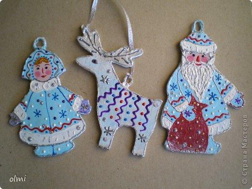 Еще немного картонных игрушек. Сфотографировала при случае, вот и выкладываю. Дед Мороз со Снегурочкой и олени получились в норвежском стиле :-) фото 1