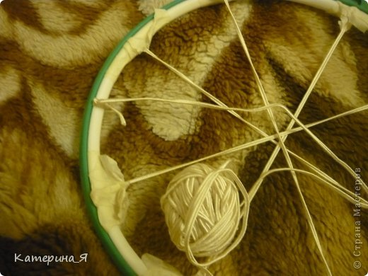 """Здравствуйте)не знаю есть ли такой МК,но хочу поделится опытом по созданию плетеной шляпки из шпагата, бечевки, сутажа или др материала, лучше конечно подойдет бумажный тонкий шпагат, он хорошо держит форму, бечевка или сутаж """"расползаются"""" с ними мороки больше( плетение похоже на плетение корзин я так думаю)на фото открытка Светланы Маликбаевой (Ссылка удалена, Пользовательское соглашение п.2.4), моей очень хорошей знакомой, скрапбукинг познакомил нас))она и нашла применение шляпки моего производства..и так .. фото 3"""