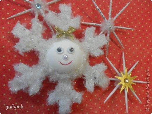 Всем привет!!!Хочу показать две идеи новогодних снежинок.Делаются довольно таки легко и затрат не много.                                      фото 15