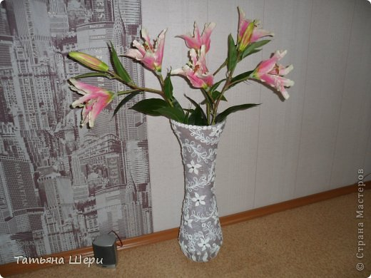 Ваза сделана из банок,кашпо и корпуса вышедшего из строя блендера.Сверху оклееена туалетной бумагой,цветы из соленого теста ,а остальное из скрученных жгутиков.Внутри цветочков приклеены стразики. фото 2
