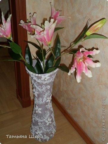 Ваза сделана из банок,кашпо и корпуса вышедшего из строя блендера.Сверху оклееена туалетной бумагой,цветы из соленого теста ,а остальное из скрученных жгутиков.Внутри цветочков приклеены стразики. фото 1