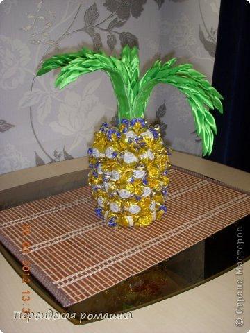 Вот такой конфетный ананас получился в подарок,листья выполнены в технике канзаши. фото 1