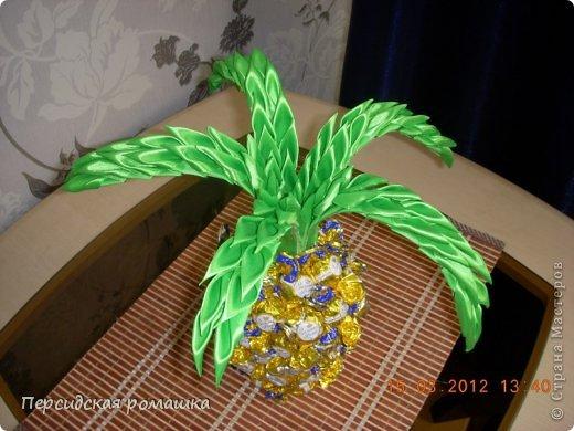 Вот такой конфетный ананас получился в подарок,листья выполнены в технике канзаши. фото 2