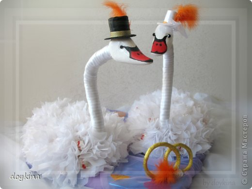 Здравствуйте все!) Я в прошлой своей записи писала о большом заказе на свадьбу,я его выполнила.Рада показать результат. были заказаны лебеди с рафаэлло, бокалы и бутылочки. За МК по бутылкам благодарна Maxima_02. фото 9