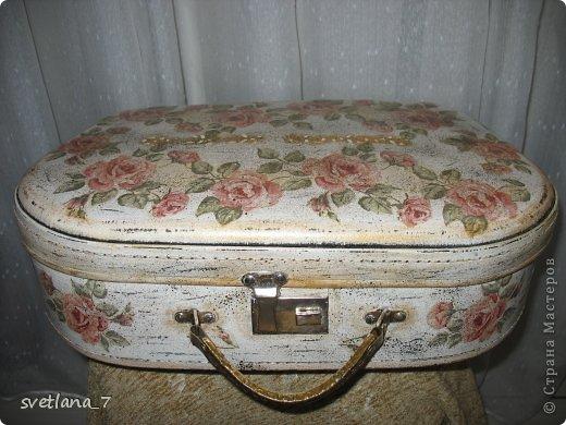 Досталось мне в наследство два чемоданчика, да еще в хорошем состоянии. Верх немного поизносился правда, зато серединка в отличном состояниии-ничего не меняла. Начала работу над ними еще летом...то думала так то этак...вот что получилось. Первый чемоданчик не большой 40*26см. серединка чорненькая. Внутри еще планирую приклеить кружево (все никак не могу подобрать)...и будет дочке где куклы хранить. фото 1