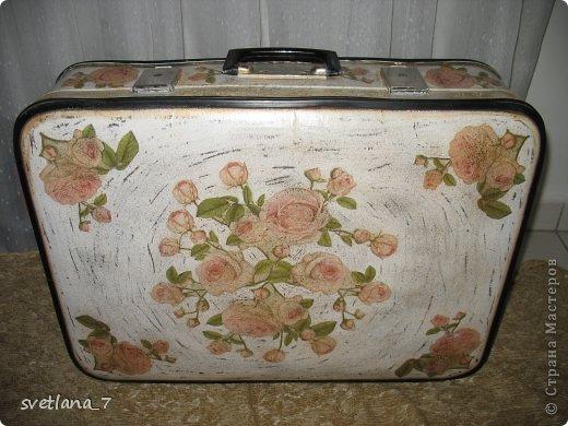 Досталось мне в наследство два чемоданчика, да еще в хорошем состоянии. Верх немного поизносился правда, зато серединка в отличном состояниии-ничего не меняла. Начала работу над ними еще летом...то думала так то этак...вот что получилось. Первый чемоданчик не большой 40*26см. серединка чорненькая. Внутри еще планирую приклеить кружево (все никак не могу подобрать)...и будет дочке где куклы хранить. фото 5
